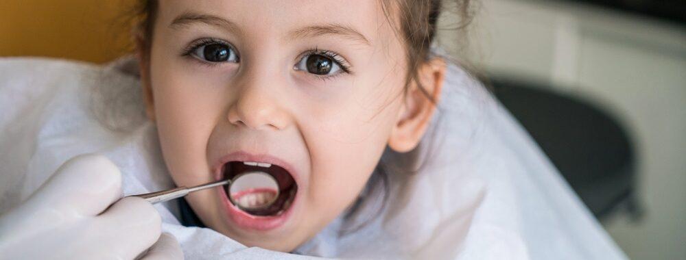 dziecko w gabinecie dentystycznym